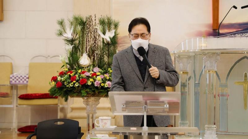 부르짖어 기도하시는 우리 담임 목사님